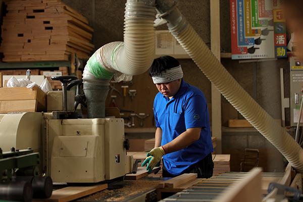 山崎のベビーベッド工場の作業風景
