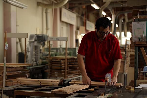 山崎のベビーベッド工場の切り分け風景